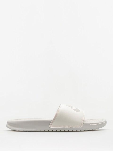 Plážovky Nike Benassi Just Do It Sandal Wmn (light bone/light bone sail crimson tint)